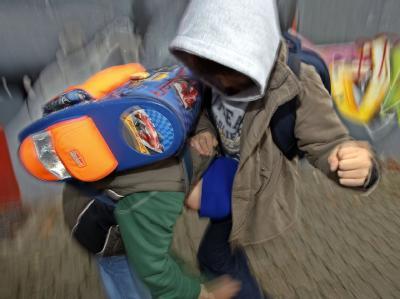 Zwei Schüler prügeln sich auf einem Schulhof (Symbolfoto).
