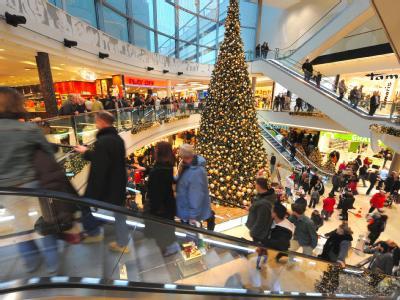 Einkaufscenter in der Innenstadt von Hannover:  Führende Vertreter der katholischen und evangelischen Kirche haben zu Weihnachten weniger Konsum gefordert. Foto: Peter Steffen/Archiv