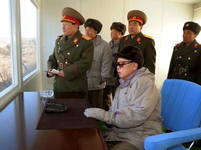 Die undatierte Aufnahme zeigt Nordkoreas Machthaber Kim Jong Il (sitzend) umgeben von Militärs.