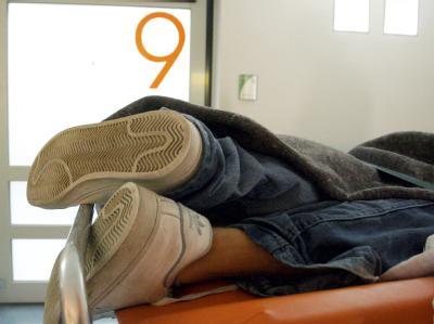 Ein stark betrunkener Jugendlicher liegt im Wartezimmer der Notaufnahme des Kinderkrankenhauses auf der Bult in Hannover auf einer Trage. (Archivbild)