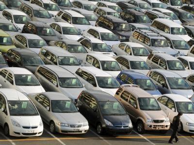 Autos warten auf ihre Verschiffung am Hafen von Kobe in Japan (Archivbild).