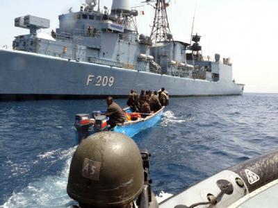 Ein Piratenboot im Golf von Aden kurz vor der Festnahme durch die Fregatte