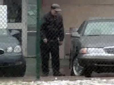 Der Ausschnitt eines Videos zeigt Demjanjuk Anfang April 2009 in den USA, wie er in ein Auto steigt. Er hatte sich darauf berufen, dass er zu krank sei, um nach Deutschland abgeschoben zu werden.