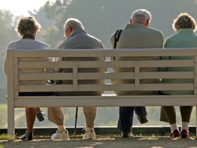 Rentner auf Parkbank: Ruheständler bekommen ab Juli die kräftigste Rentenerhöhung seit Jahren.
