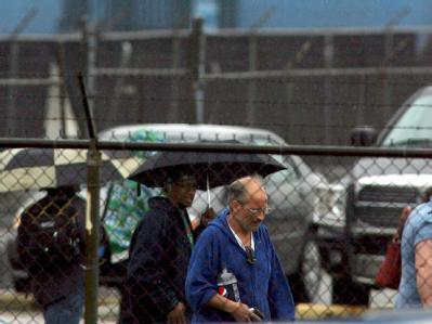 Chrysler-Arbeiter verlassen mit gesenktem Kopf die Fabrik in Sterling Heights.