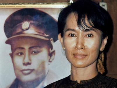 Die birmanische Oppositionsführerin Aung San Suu Kyi neben einem Poster ihres Vaters, dem General und Unabhängigkeitskämpfer Bogyoke Aung San (Archivbild).