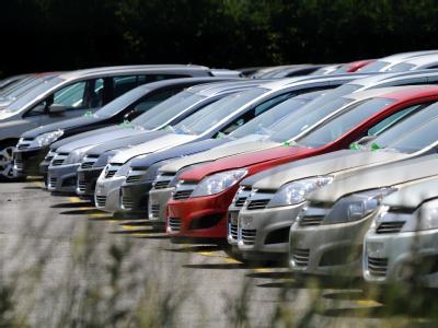 Opel-Neufahrzeuge auf dem Gelände des Opel-Werks in Bochum.