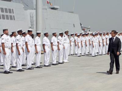 Sarkozy mit Marine-Soldaten. Frankreich hat eine Militärbasis am Golf eröffnet.