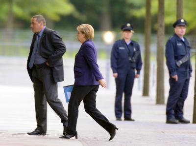 Bundeskanzlerin Angela Merkel auf dem Weg zur Opel-Spitzenrunde im Kanzleramt
