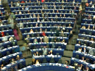 Mitglieder des Europaparlaments in Straßburg laufen nach einer Abstimmung durch den Saal. (Archivbild)