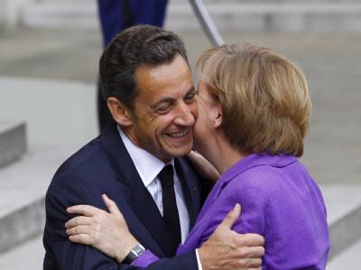 Der französische Präsident Nicolas Sarkozy empfängt Bundeskanzlerin Angela Merkel in Paris.