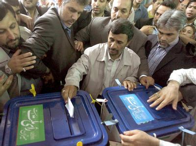Präsident Ahmadinedschad bei der Stimmabgabe in einem Wahllokal in Teheran.