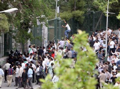 Vor der Universität in Teheran versammeln sich Studenten zum Protest.