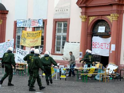 Polizeibeamte auf dem Weg zur Räumung der Alten Universität in Heidelberg.