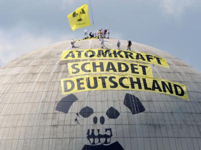 Greenpeace-Aktivisten auf der Kuppel des Reaktorgebäudes des Atomkraftwerkes Unterweser in der Wesermarsch bei Nordenham.