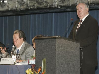 Der Präsident von Madeiras Provinzregierung, Alberto Joao Jardim (R), spricht zu Beginn der Internationalen Walfangkommission.