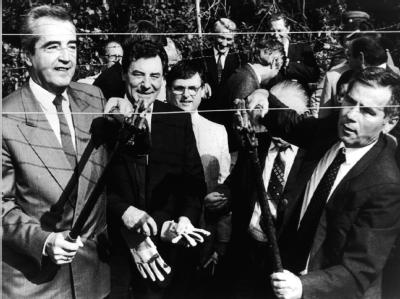 Ein symbolischer Akt vor genau 20 Jahren: Der ungarische Außenminister Gyula Horn (r) und sein österreichischer Amtskollege Alois Mock (l) durchtrennten am 27. Juni 1989 ein Stück des