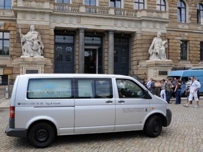 Ein Bestattungswagen steht vor dem Landgericht in Dresden.