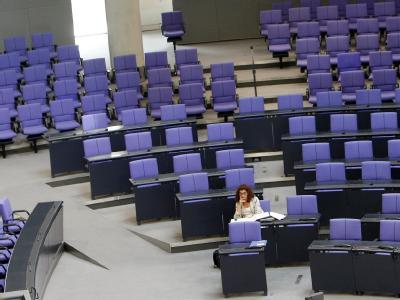 Eine Abgeordnete sitzt im Deutschen Bundestag.