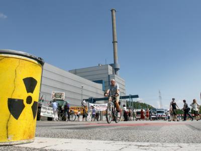 Protest: Eine Tonne mit dem Zeichen für Radioaktivität stand am Freitag, 3. Juli, auf der Straße vor dem Atomkraftwerk in Krümmel.