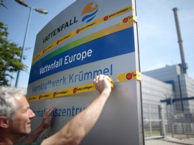 Atomkraftgegner demonstrieren vor dem Kernkraftwerk Krümmel in Geesthacht für die Stilllegung des Atomkraftwerkes (AKW).