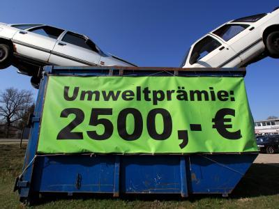 Zwei Schrottfahrzeuge im Container eines Autohändlers in Rosenheim. Der Topf für die Abwrackprämie wird wohl schon vor der Bundestagswahl am 27. September leer sein.