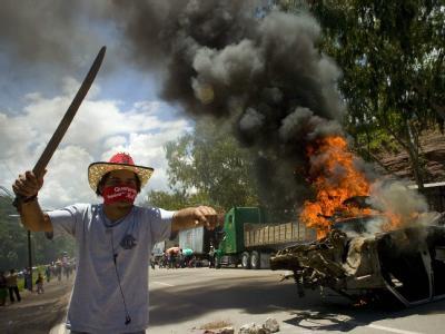 Brennende Autos in Tegucigalpa: Die UN wollen in Honduras vermitteln.