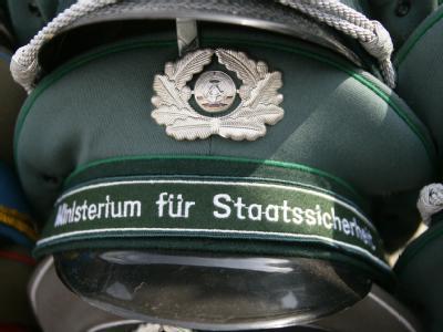 Die Zahl ehemaliger Stasi-Mitarbeiter in deutschen Behörden ist nach einem Medienbericht größer als bisher bekannt.