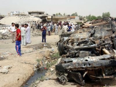 Autowrack nach Anschlag. Bei Attentaten auf Schiiten kamen im Irak mindestens 70 Mensche um.