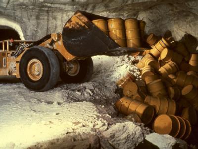Ein Radlader kippt in der Schachtanlage Asse Fässer mit radioaktivem Müll in eine Kammer. (Archivbild)