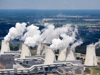 Politikum: Die dampfenden Kühltürme des Braunkohlekraftwerkes im südbrandenburgischen Jänschwalde.