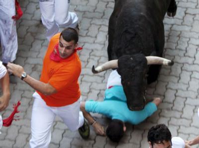 Bei der umstrittenen Stierhatz sind zahlreiche Menschen verletzt worden.
