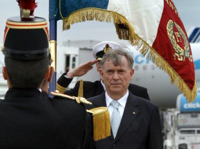 Mit militärischen Ehren wird Bundespräsident Horst Köhler am Flughafen empfangen.