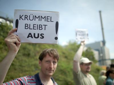 Atomkraftgegner demonstrieren vor dem Kernkraftwerk Krümmel in Geesthacht für die Stilllegung des Atomkraftwerkes.
