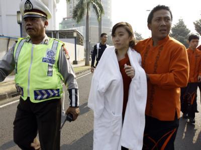 Eine verletzte Frau wird nach dem Anschlag auf das Ritz Carlton Hotel von Rettungskräften versorgt.