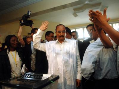 Der ehemalige Putsch-Anführer Mohammed Ould Abdel Aziz hat die Präsidentenwahl in Mauretanien gewonnen.