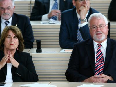 Ministerpräsident Carstensen (CDU) will seine SPD-Minister entlassen: Neben ihm seine Stellvertreterin Ute Erdsiek-Rave (SPD).