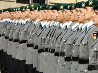 Rekruten der Bundeswehr beim öffentlichen Gelöbnis vor dem Reichstagsgebäude in Berlin.