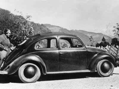 Ferdinand Porsche mit Käfer