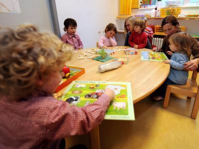Kleinkinder spielen in einer Kindertagesstätte in Stuttgart zusammen mit ihren Betreuern. (Archivfoto)