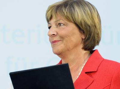 Bundesgesundheitsministerin Ulla Schmidt verlässt nach ihrer Erklärung das Rednerpult.