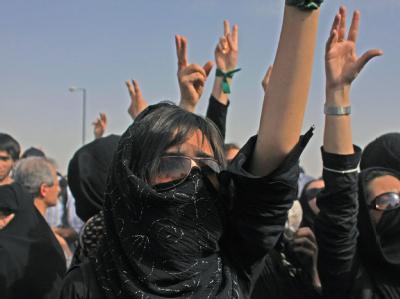 Im Iran haben sich Demonstranten trotz eines Verbots zu Trauerkundgebungen versammelt.