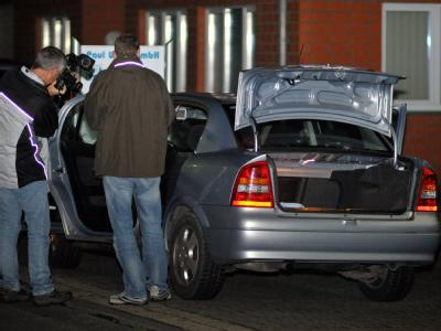 Polizisten sichern in Bielefeld Spuren am Fahrzeug eines 82-Jährigen. Der Senior war mit einer Maschinenpistole in eine Versammlung der Zeugen Jehovas geplatzt.