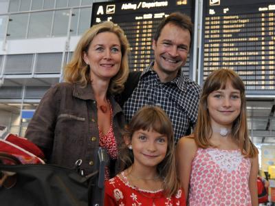 Familie Gorihsen in der Abflughalle am Flughafen in München.