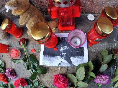 Blumen und Kerzen erinnern vor dem Rathaus in Eilenburg an die tote Corinna. Der Prozess hat begonnen.