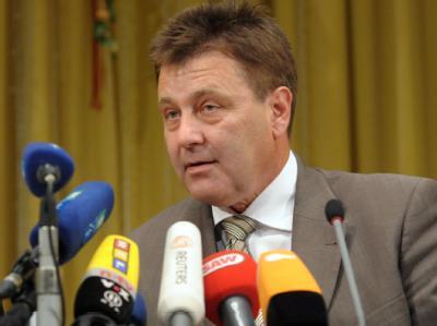 Schneller Erfolg: Polizeipräsident Bernd Merbitz informiert bei einer Pressekonfernez über den gefassten mutmaßlichen Mörder der neunjährigen Corinna.