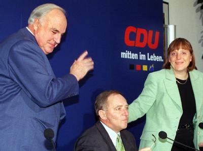 Ex-Kanzler Kohl mit dem damaligen CDU-Vorsitzenden Schäuble und der Generalsekretärin Merkel. (Archivbild)