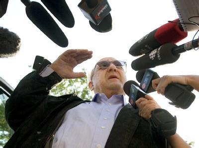 Karlheinz Schreiber spricht bei seinem Eintreffen vor dem Abschiebehaftzentrum in Toronto mit Journalisten.