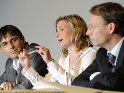 Eisschnellläuferin Claudia Pechstein (M.) äußert sich im Beisein von Anwalt Simon Bergmann (r.) und Manager Ralf Grengel.