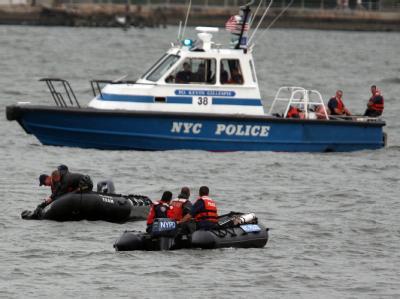 Die New Yorker Polizei sucht nach Opfern des Flugzeugunglücks über dem Hudson.